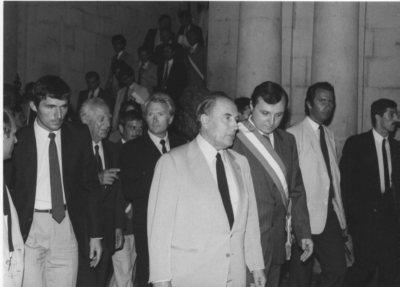 F. Mitterrand, accompagné de sa délégation et du maire
