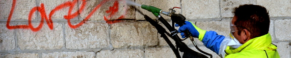 Enlèvement de graffitis, photo D. Bounias / Ville d'Arles