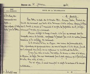 """Arch. com. Arles, D 45 p221, Délibération de la ville d'Arles du 4 janvier 1923 concernant l'érection d'un monument aux morts, """"Aux enfants d'Arles morts pour la patrie""""."""