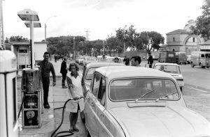 Une longue file d'attente, surveillée par la police, devant le poste à essence de Maurice Jauffret (sur la photo) avenue Victor Hugo. Photo Charles Farine