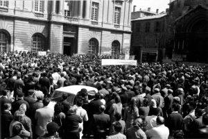 Les manifestants rassemblés sur la place de la République face à la mairie d'Arles le 13 mai 1968. Photo Charles Farine