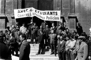 Personnalités rassemblées sur les marches du musée lapidaire : en dessous de la banderole, coiffé d'un béret, Cyprien Pilliol, premier maire élu après la Libération (1945-1947), en bas à droite sur la deuxième marche son successeur, Charles Privat, député-maire d'Arles en 1968 (1947-1971). Photo Charles Farine
